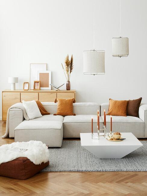 salón con sofá gris con cojines naranja