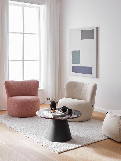 sillones blanco y rosa con cuadro mesa negra