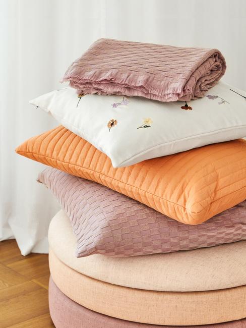 cojines naranja rosa y blanco