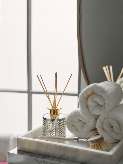 toallas blancas enrolladas baño