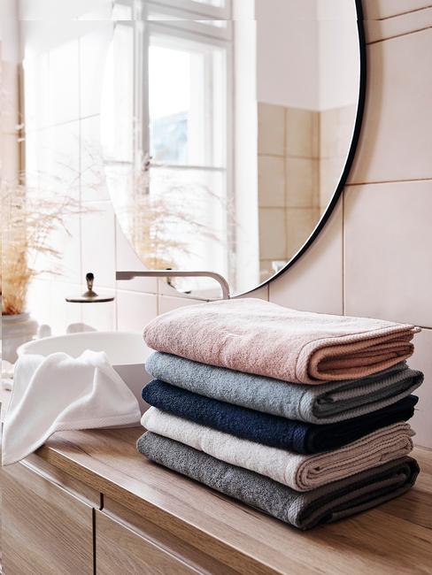 toallas dobladas en baño