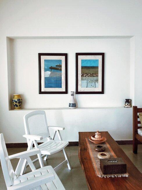 pared blanca con hornacina y cuadros