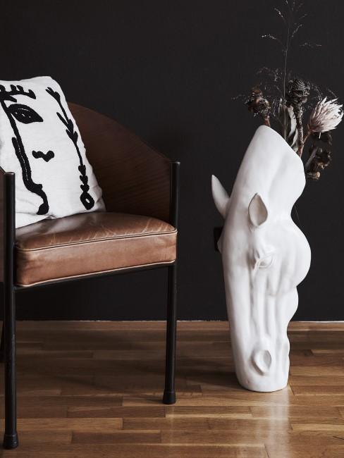 Suelo de parquet con un jarrrón en forma de caballo