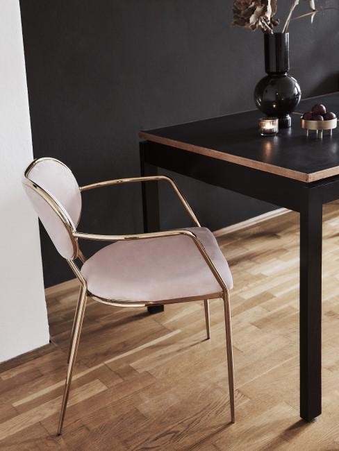 suelo de parquete con uan silla tapizada en tercipelo rosa