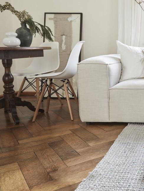 salón con un suelo de madera