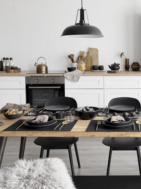 Cocina con suelo gris y decorada en blanco y negro