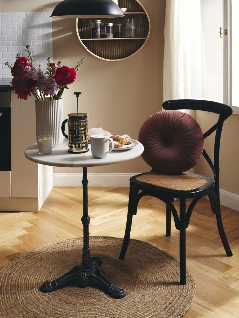 suelo de prque y una mesa con servicio de café