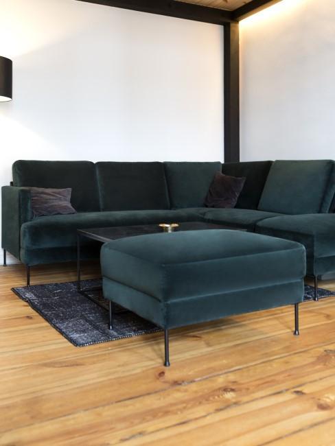 Suelo de madera con un sofa de terciopelo