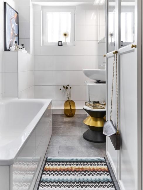 cuarto de baño con un suelo radieante y una alfombrilla de colores