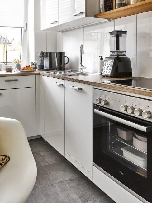 cocina blanca con un suelo gris