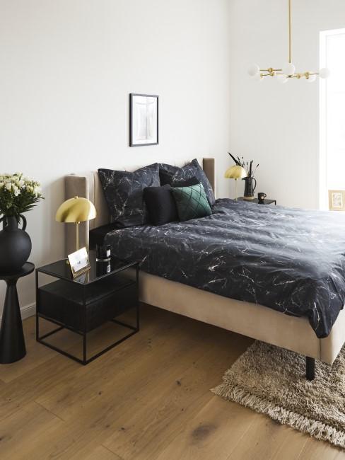 habitación con un suelo de parquet
