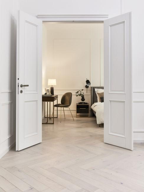 suelo de parquet en un piso blanco
