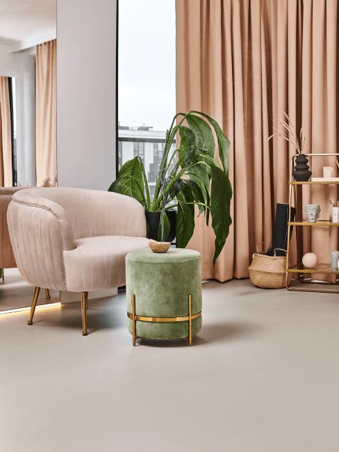 suelo liso con un taburete y sillón de terciopelo