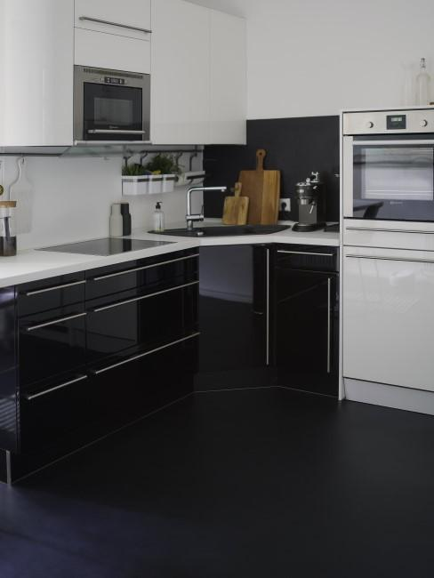 Cocina con un suelo negro