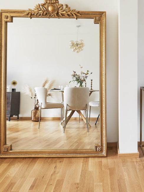 Salón con un espejo y suelo flotante