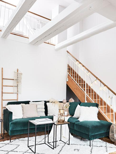 salón blanco con escalera de madera techo alto con vigas