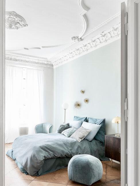 dormitorio blanco y azul con molduras en techo