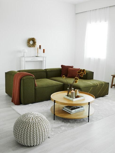 salón blanco y gris con sofá verde y cojines tostados