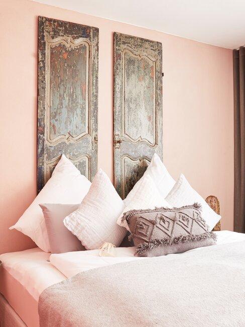 dormitorio rosa con cabecero diy con puertas de madera