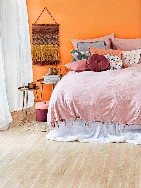 dormitorio con pared naranja