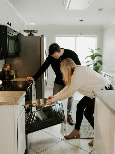 pareja cocina
