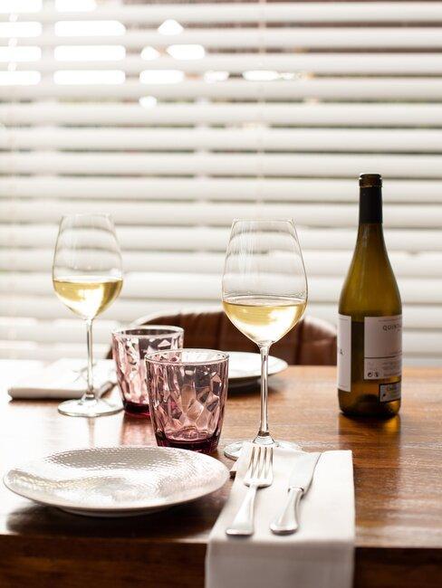 mesa con vasos de vino y agua