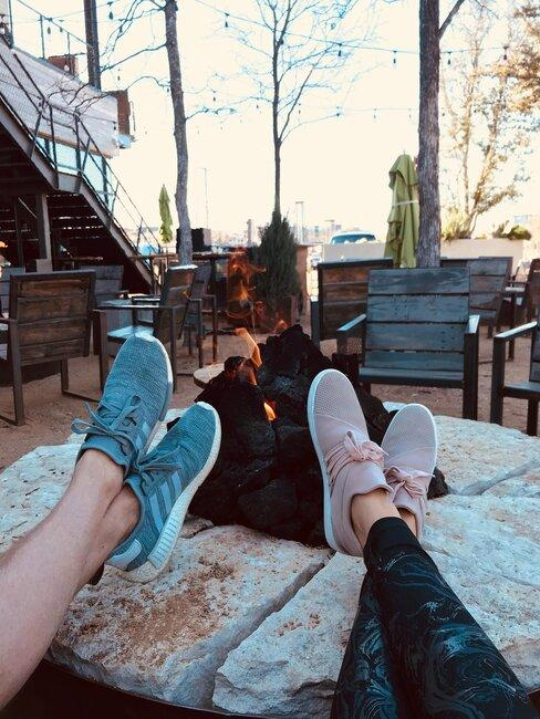 pareja en hogera al aire libre