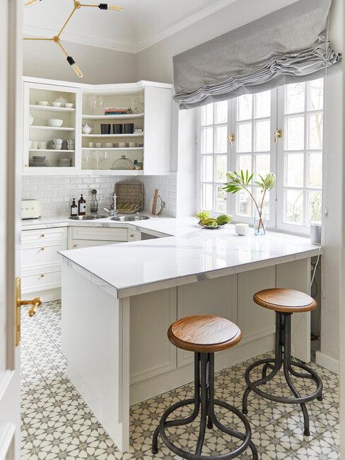 cocina blanca con taburetes y azulejos