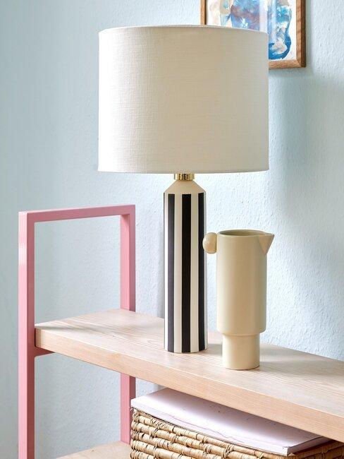 balda de madera de arce con lámpara y jarrón