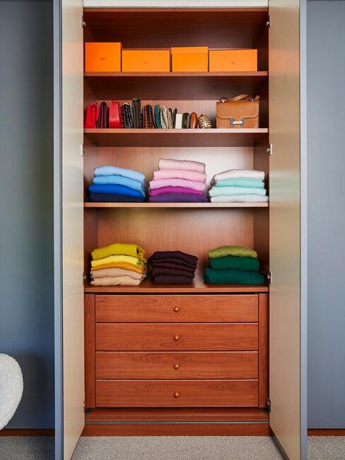 armario de madera de cedro