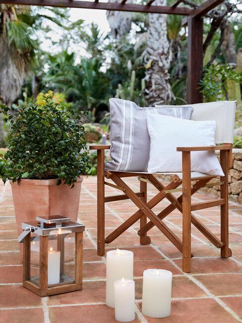 silla de exterior de madera y velas