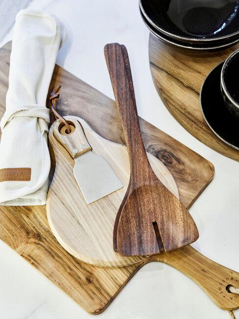tablas de coratar y utensilios de cocina de madera
