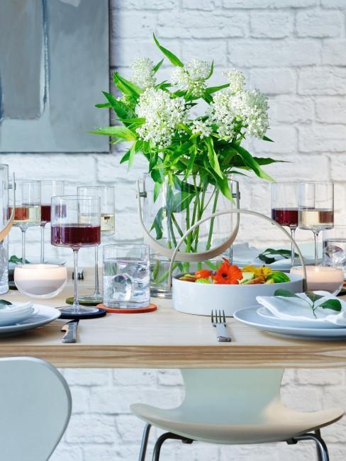 Copas de vino blanco y tinto en uan mesa