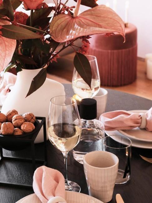 Copas de vino blanco en uan mesa