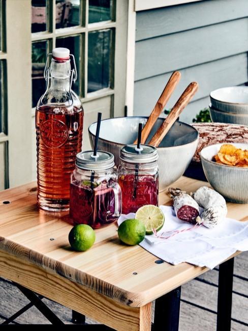 Vasos de cóctel con tapadera y pajita en una mesa de madera