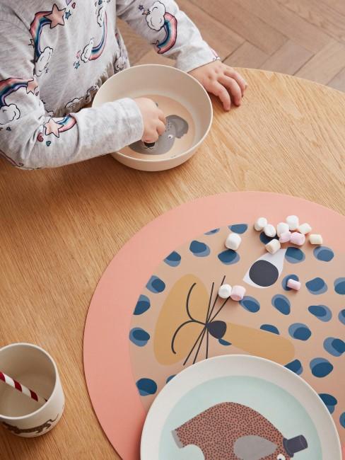 Niño con el set de desayuno Hathi