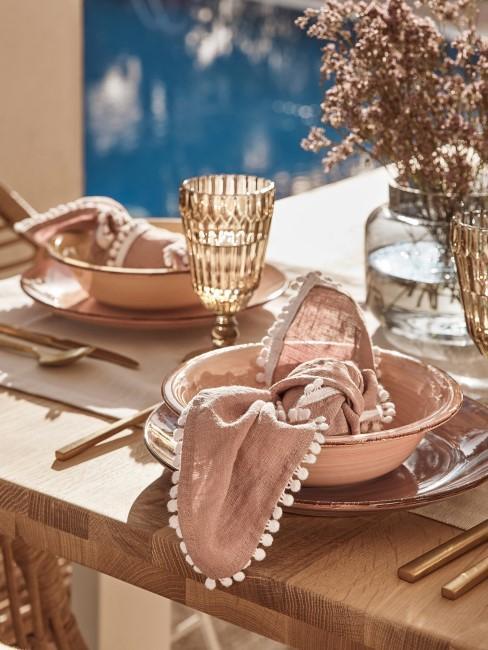 Mesa en tonso rosas con servilleta de lino
