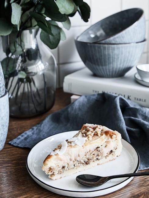 Vajilla Nordic Sand con una tarta