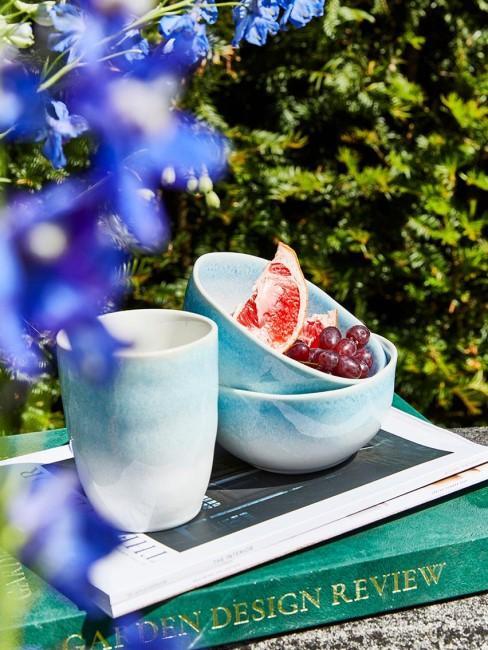 cuencos y taza de color azul veraniego