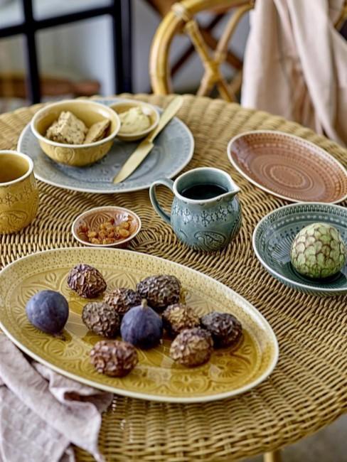mesa de ratán con vajilla de colroes