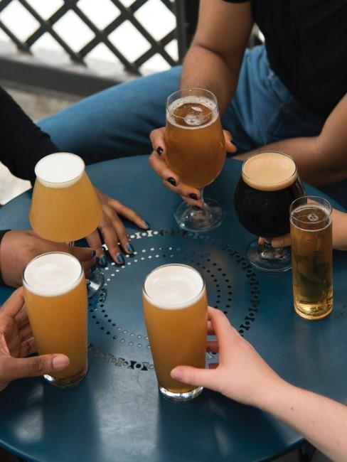 Amibos bebiendo diferentes tipos de cerveza