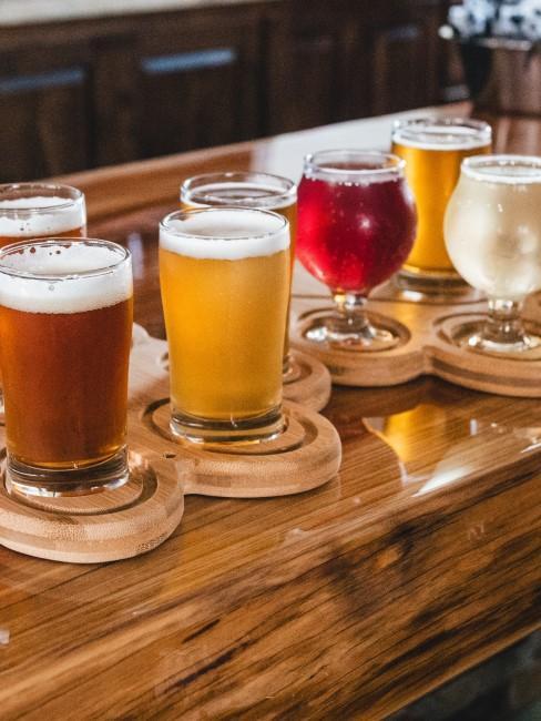 Bandeja con diferentes copas y vasos para cerveza