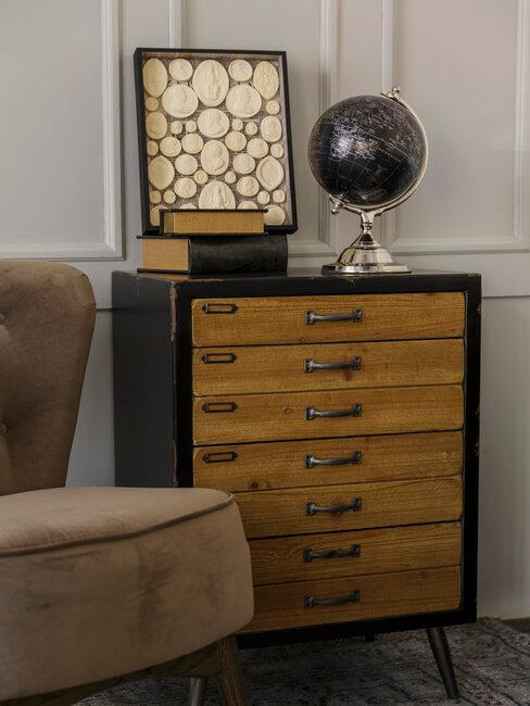 mueble de madera con cajones con decoración vintage