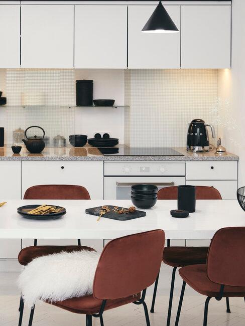 cocina moderna y negra con sillas burdeos