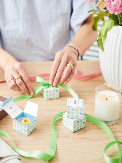 mujer envielve regalos pequeños