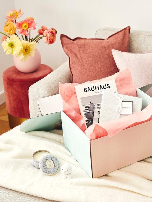 caja de regalos sofá y flores