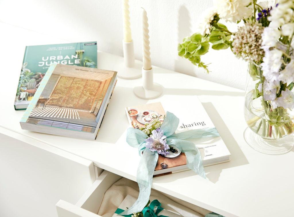 libros de regalo velas y flores