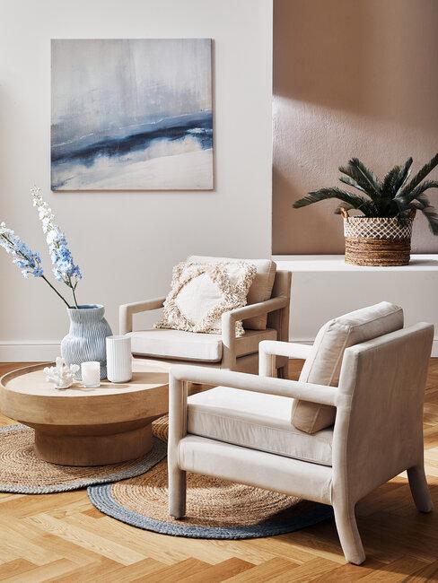 sillones beige con cuadro y jarrón azul