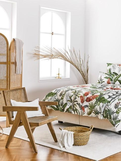 suelo y comoda de madera con ropa de cama floral