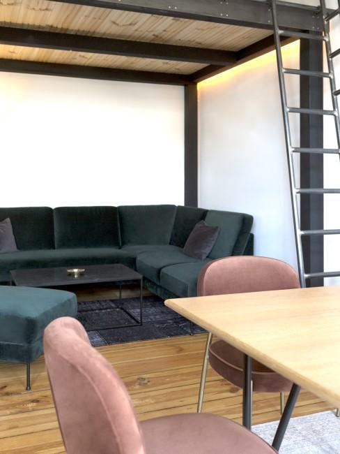 mesa de madera con sofa de terciopelo verde